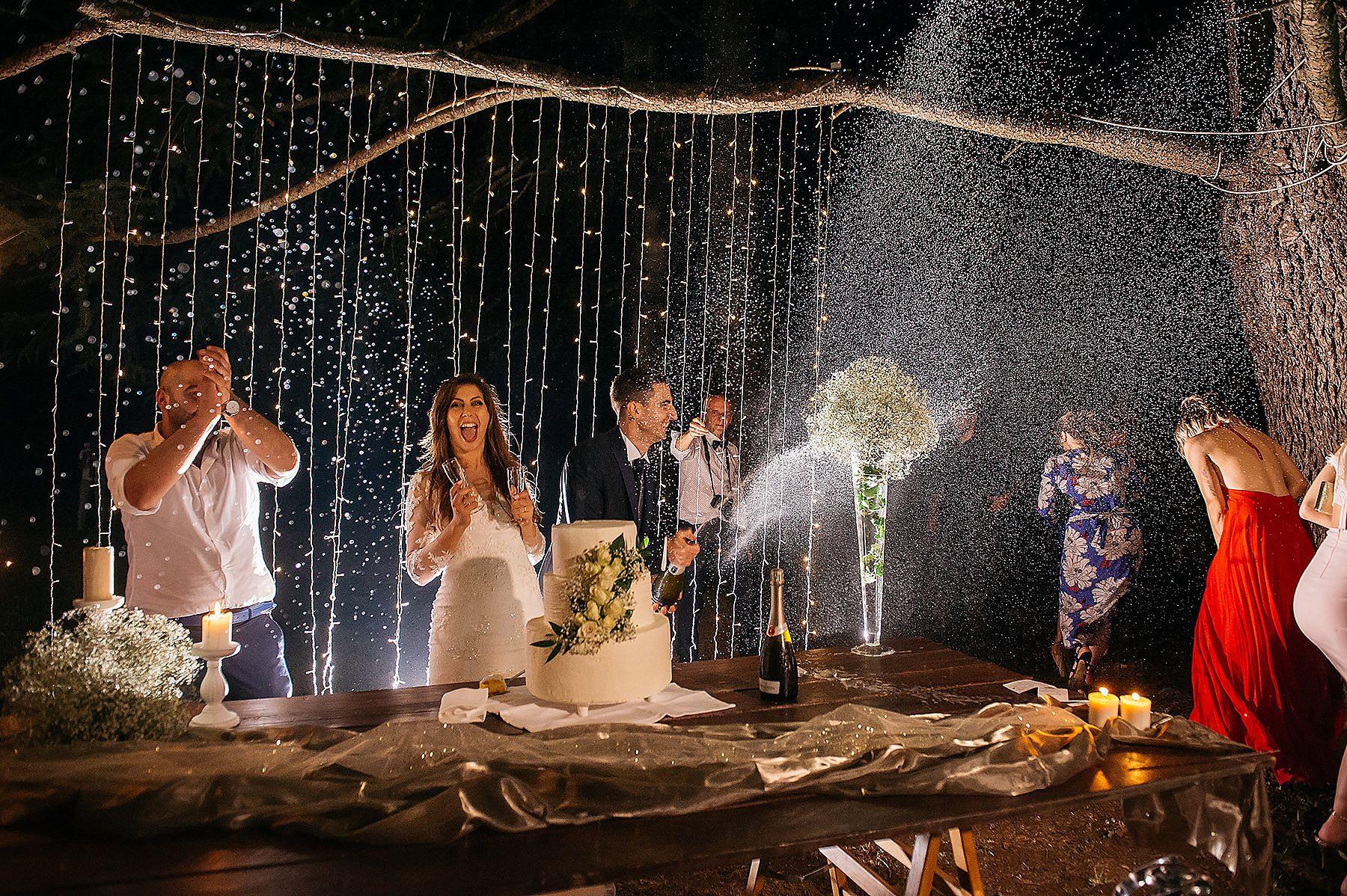 sposi che festeggiano al taglio della torta