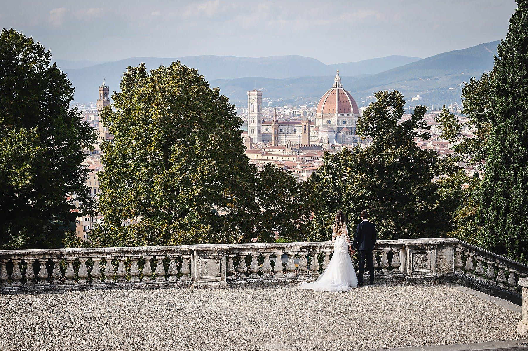 sposi a San Miniato a monte con la vista di firenze
