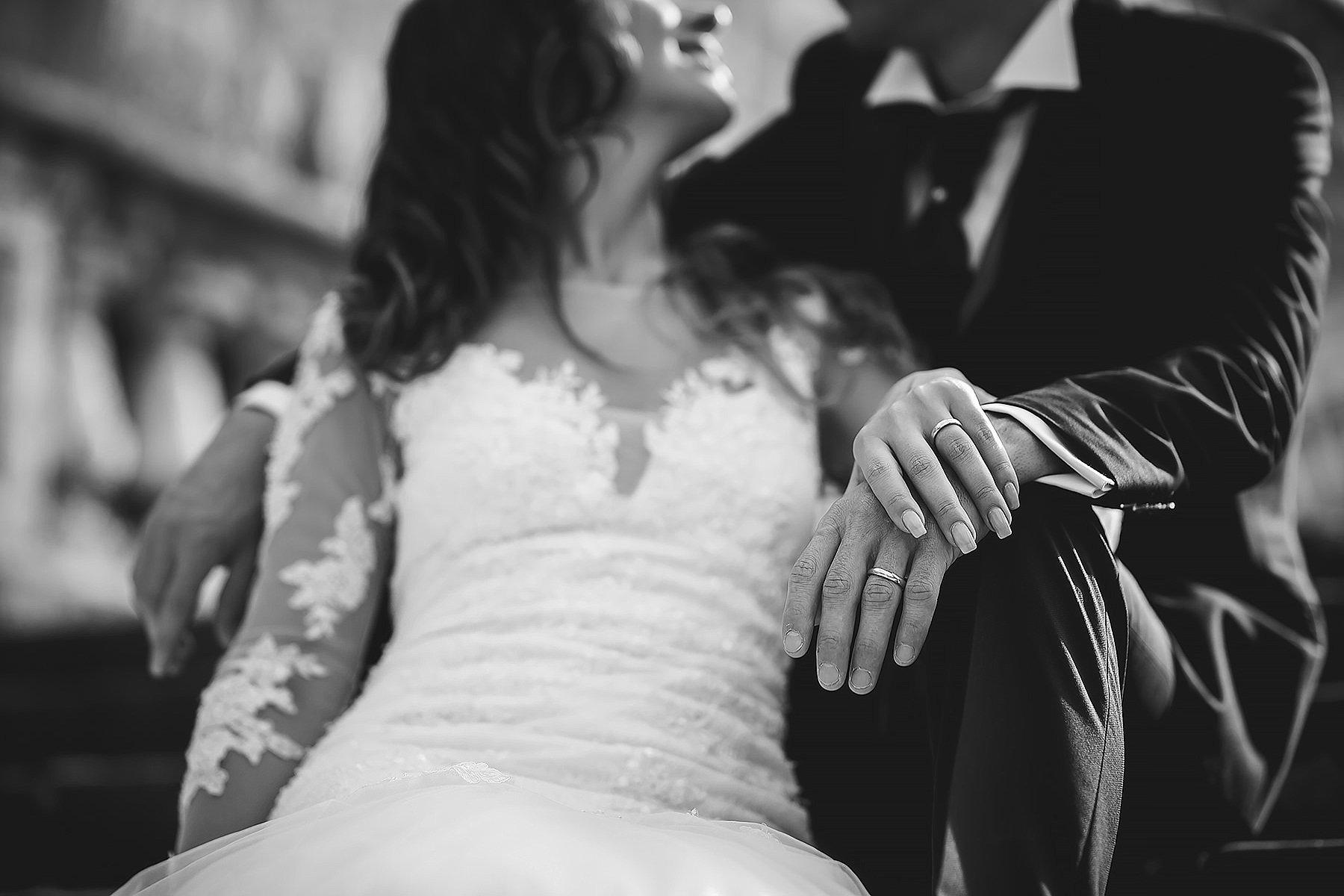 Dettaglio sposi in bianco e nero