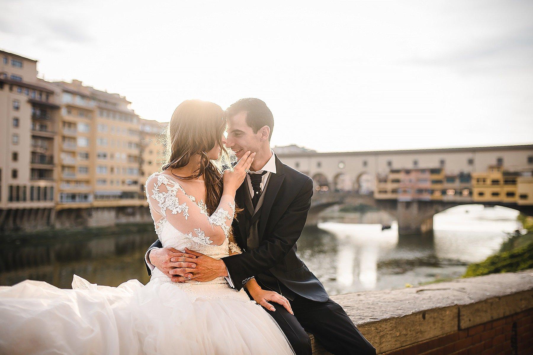 sposi con ponte vecchio a firenze