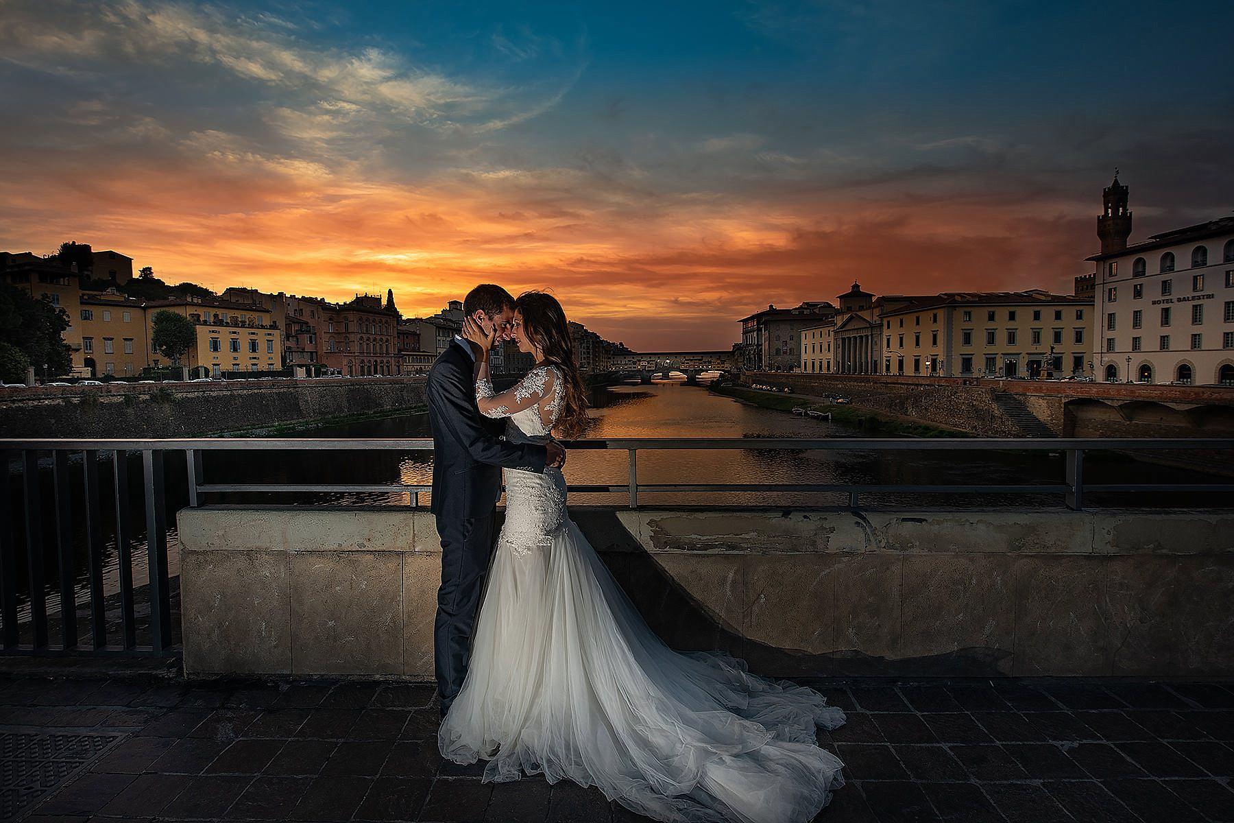 sposi al tramonto sul ponte vecchio a firenze