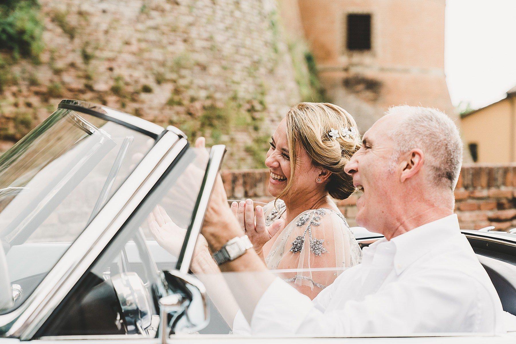 sposa arriva alla cerimonia con auto epoca alfa romeo