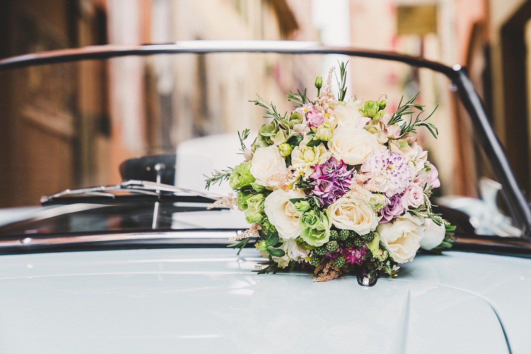 bouquet sposa su auto d epoca