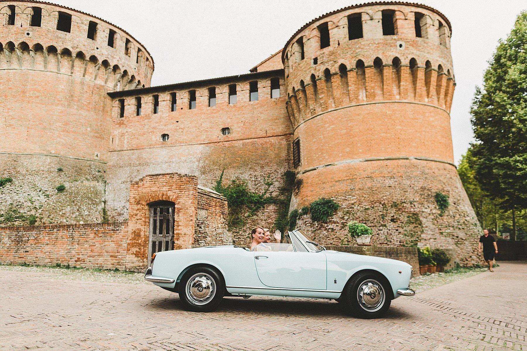 sposi in auto d epoca italiana alla rocca di dozza