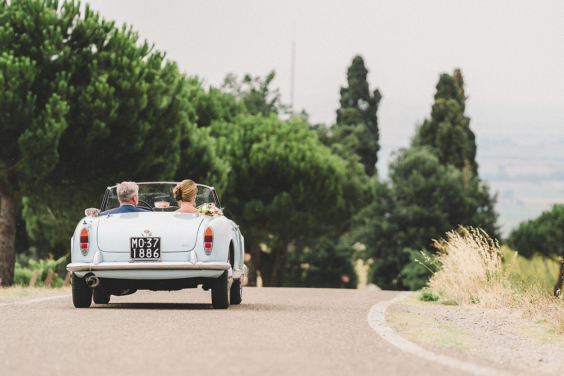 sposi con alfa romeo tra le colline in emilia romagna