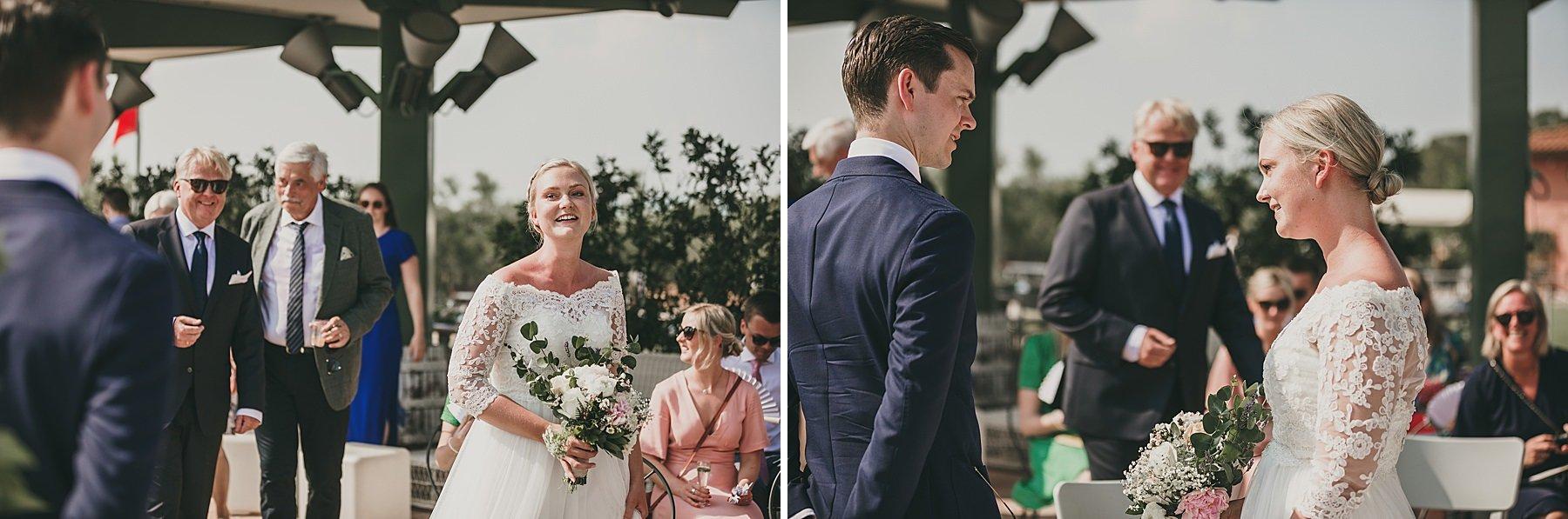 Emozione mentre arriva la sposa in cerimonia