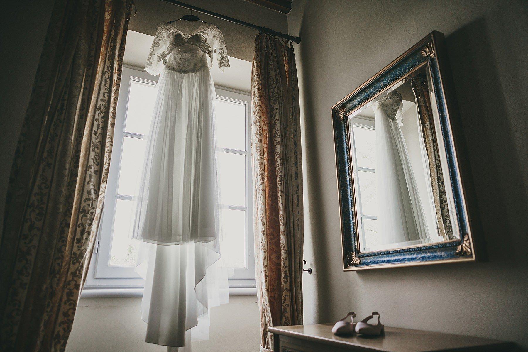Abito da sposa appeso ad una finestra in una Villa in Toscana