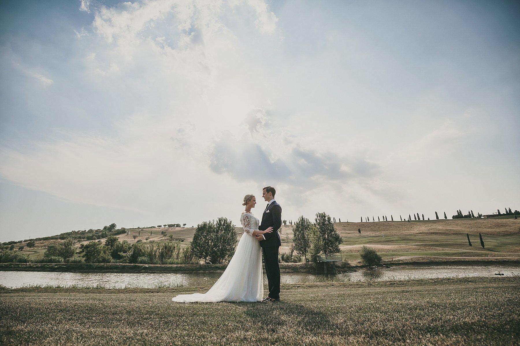 Sposi durante le loro foto del matrimonio