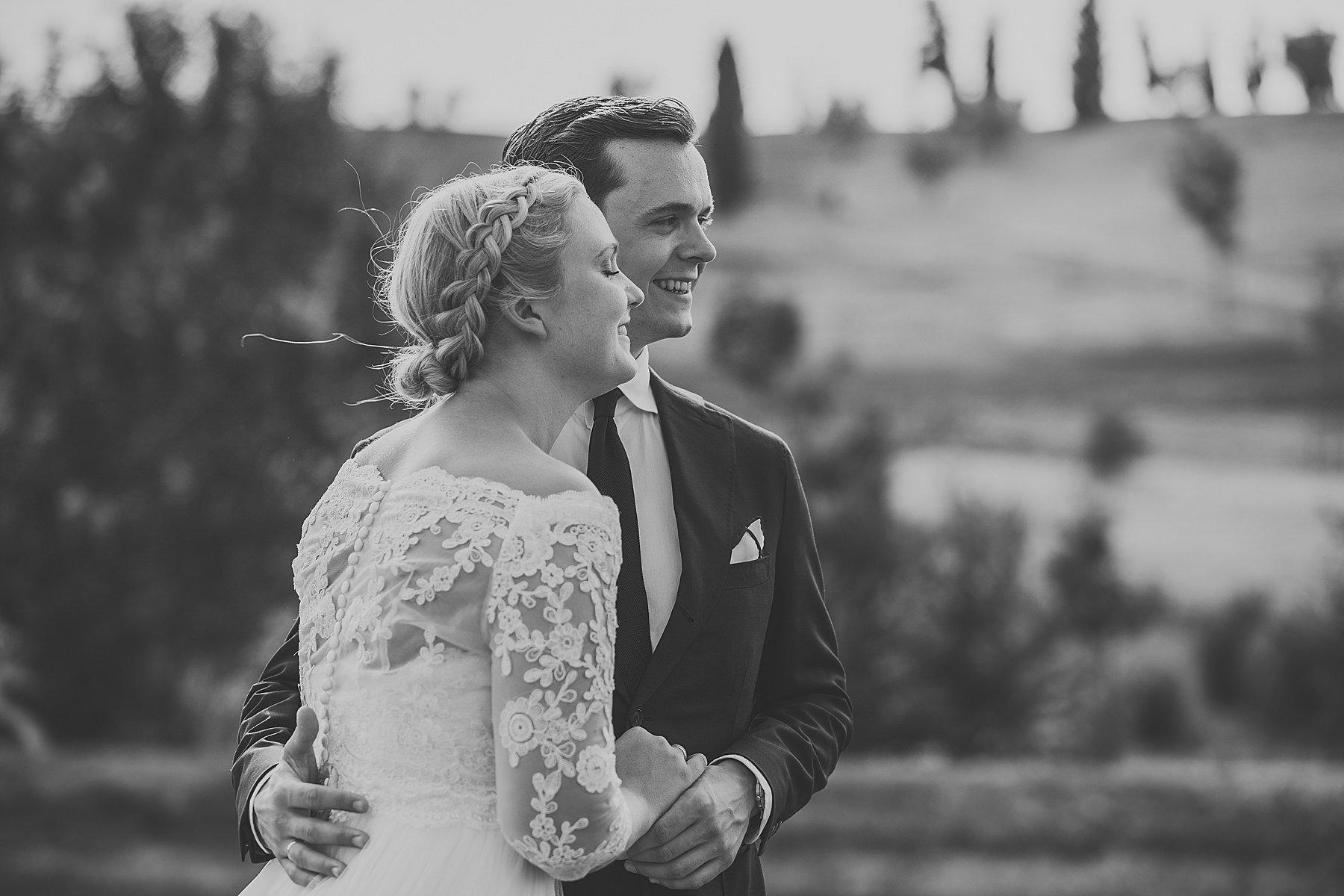 Sposi belli ed emozionati durante le foto spontanee del loro matrimonio