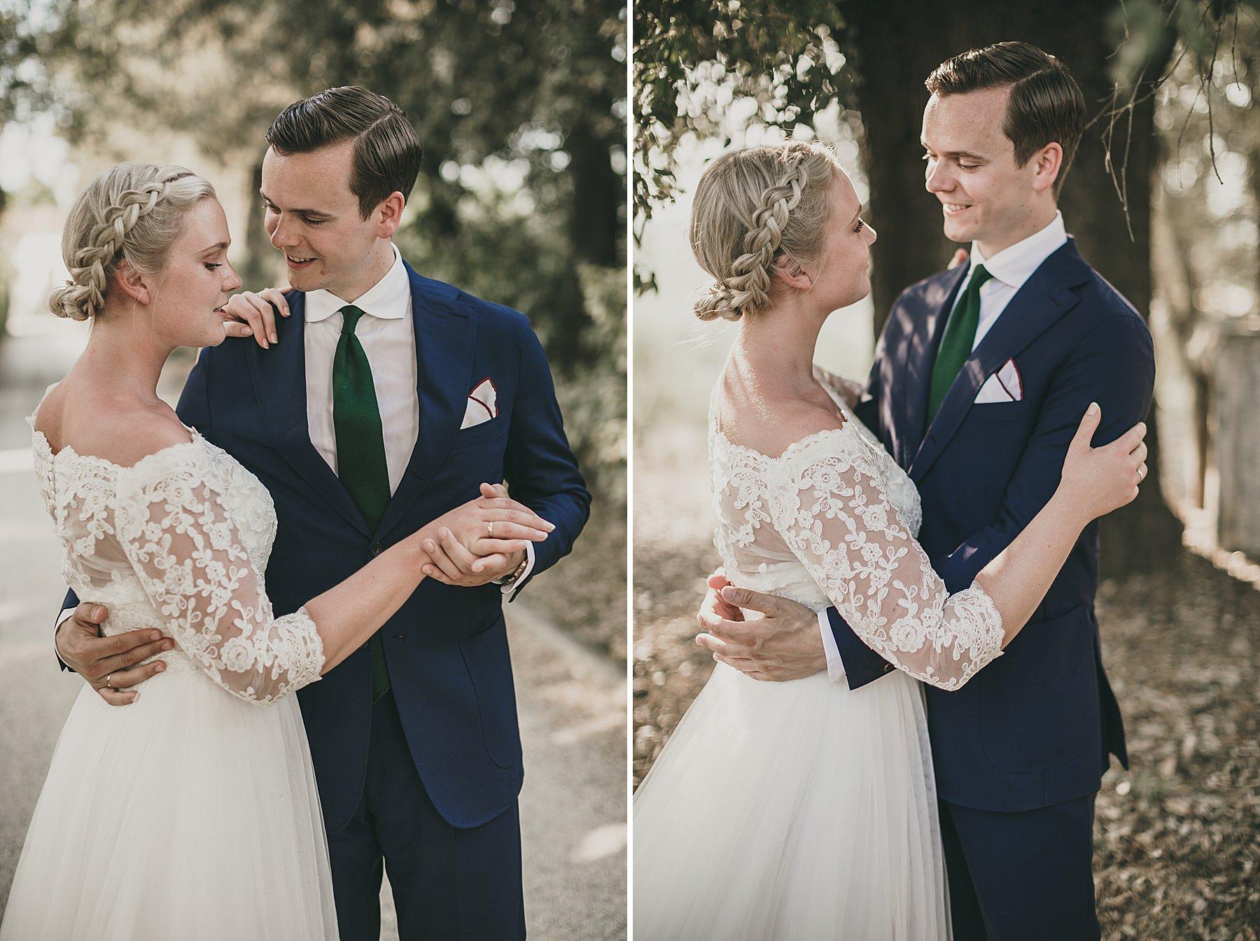 Foto di Sposi sotto gli alberi in un momento intimo