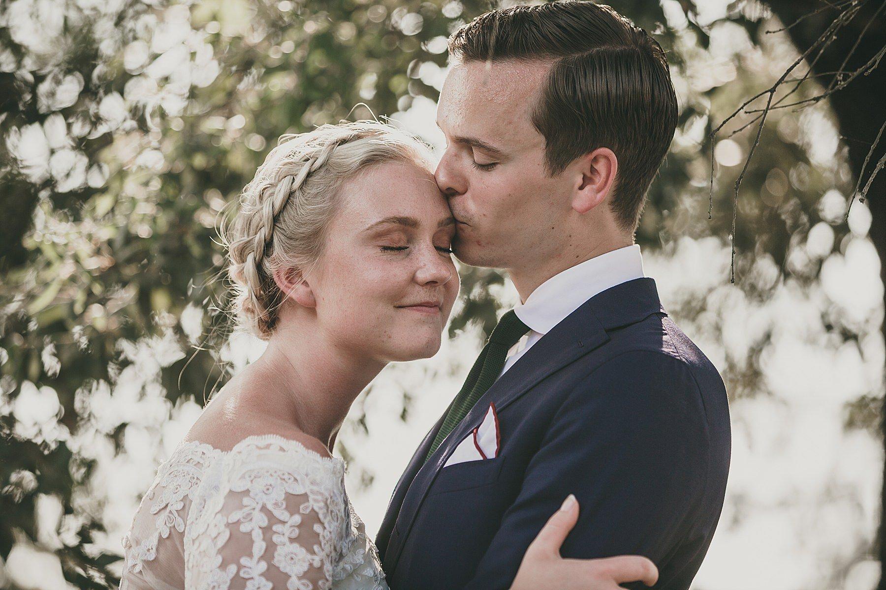 Dolce coppia di sposi fotografata nel giorno del suo matrimonio