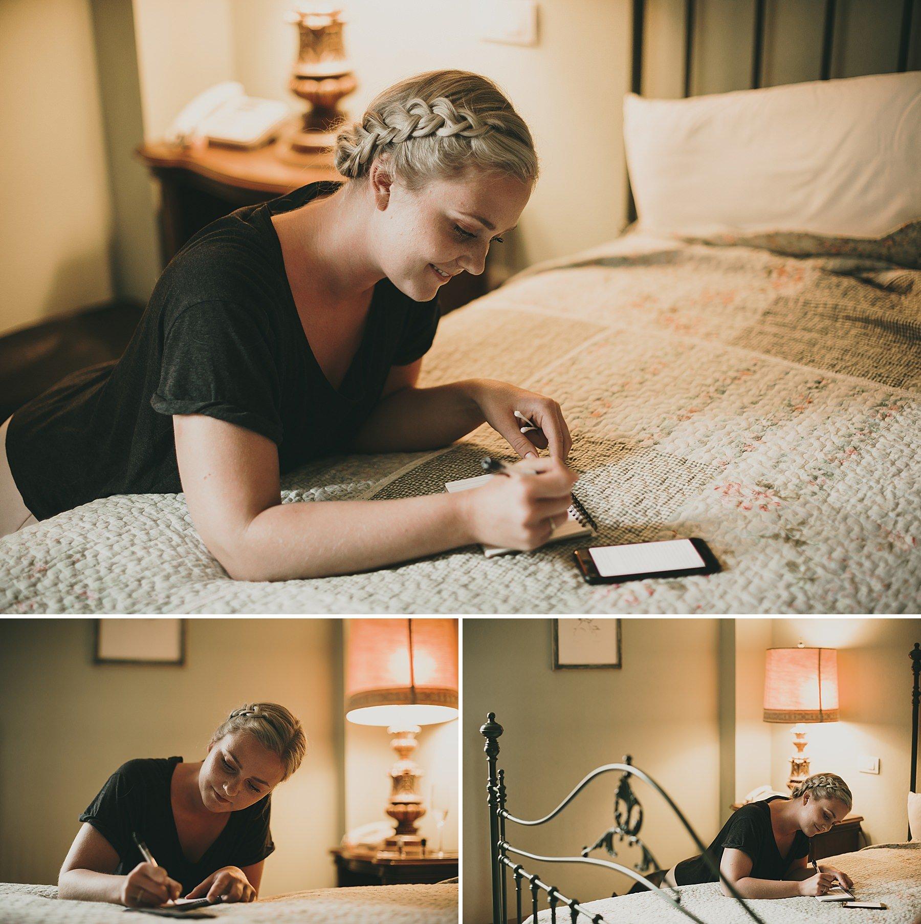 La Sposa durante i preparatici scrive una lettera per suo marito appoggiata sul letto