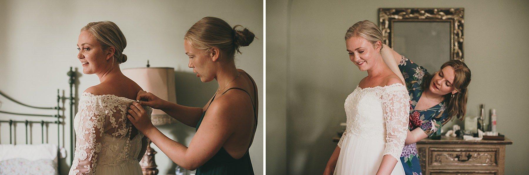 Futura sposa si veste con l'aiuto delle amiche
