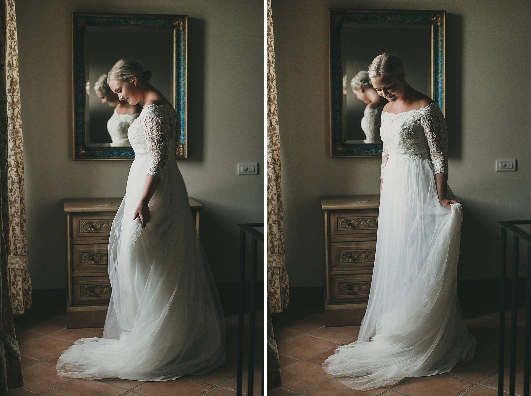 Bellissima sposa che si guarda allo specchio prima della cerimonia