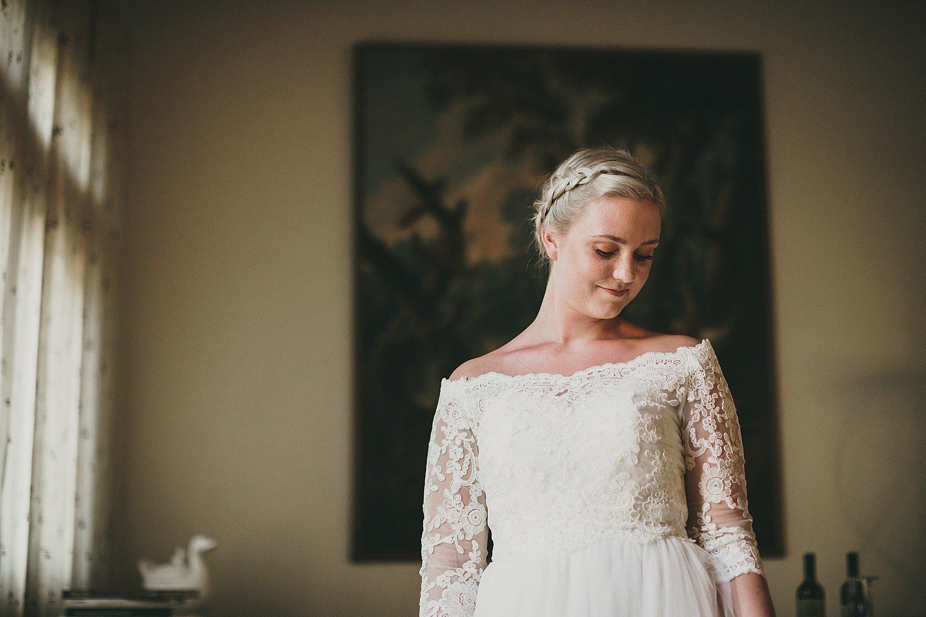 La bellezza della sposa emozionata prima della cerimonia