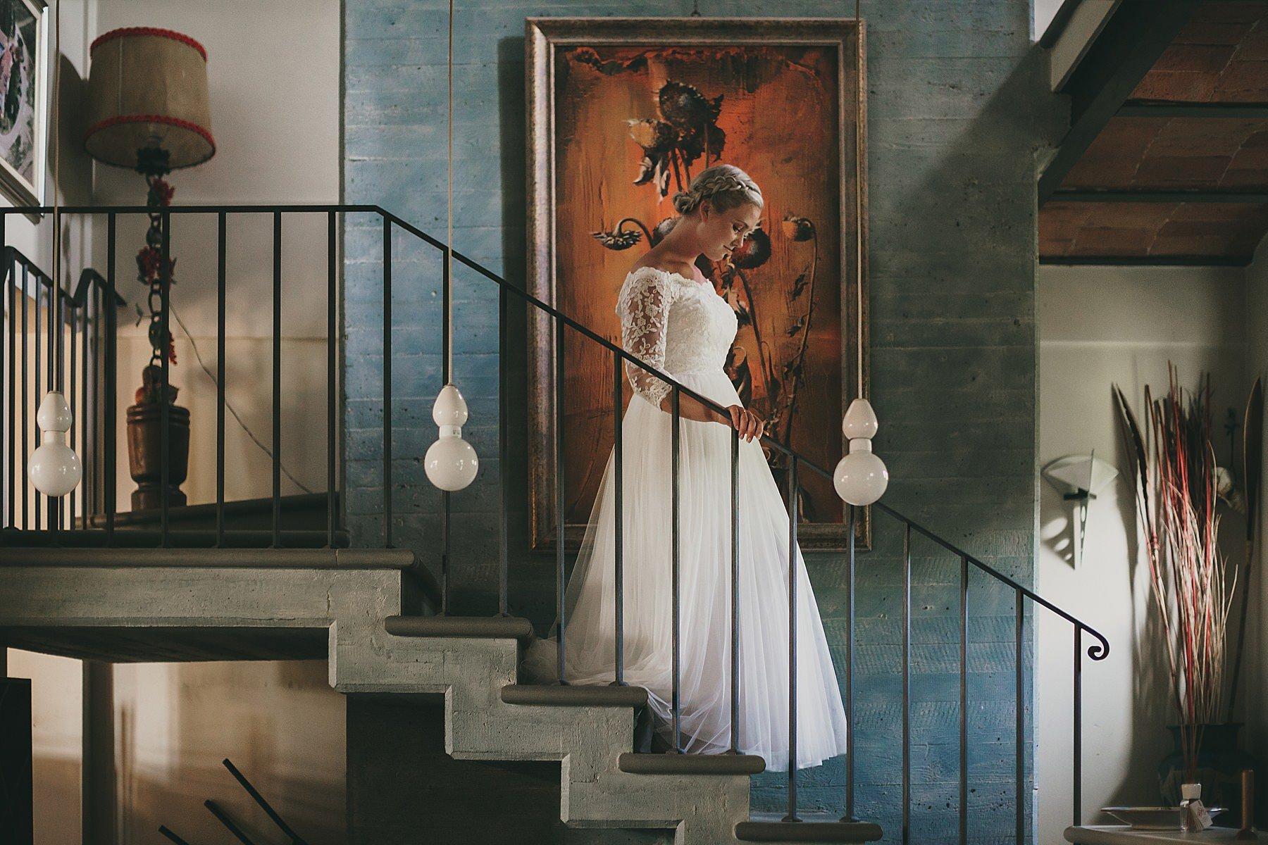 Sposa che scende le scale della villa