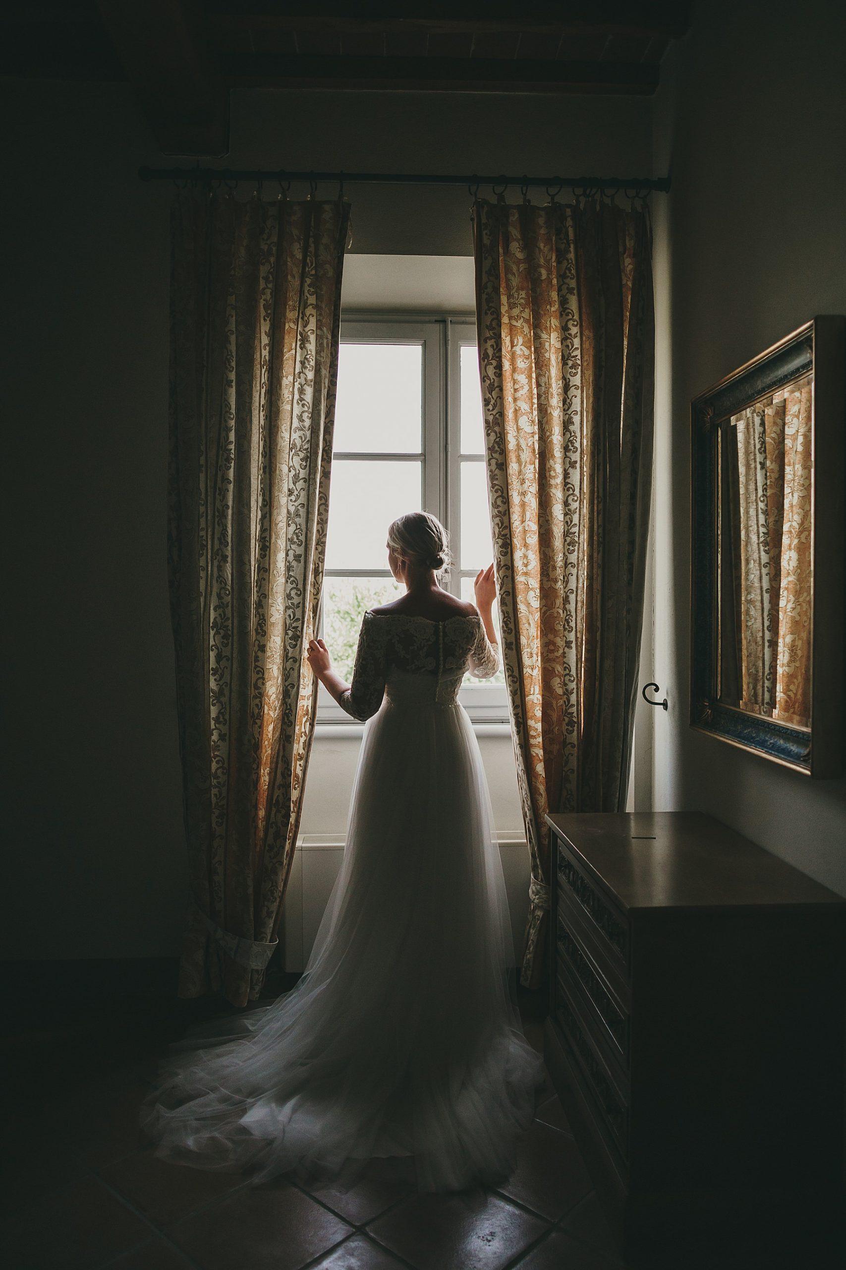 Sposa affacciata alla finestra